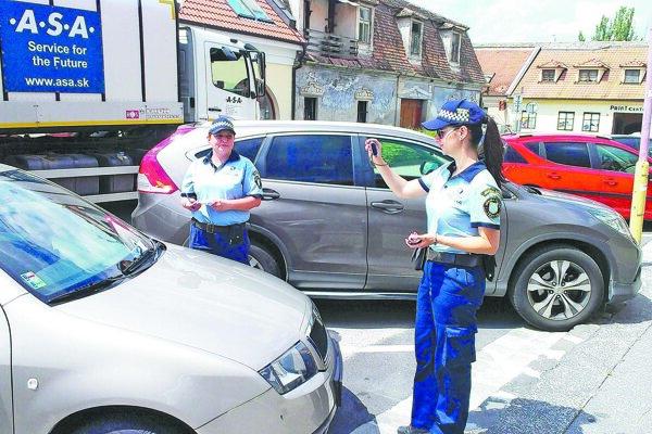 Minulý rok začali intenzívnejšie kontrolovať zaparkované autá v spoplatnenej zóne.