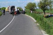 Motorkár zišiel z cesty a narazil do stromu.