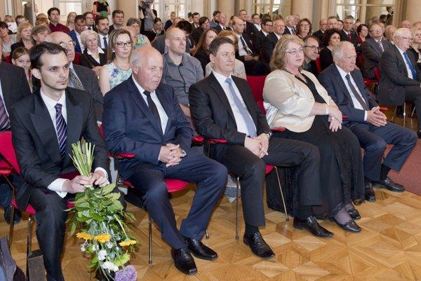 Na snímke v popredí víťazi kategórií Vedec Roka 2016 počas slávnostného odovzdávania cien.