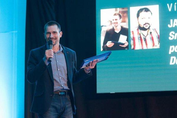 Vyhlásenie výsledkov. Cenu si v Bratislave prevzal aj náš šéfredaktor Jaro Vrábeľ.