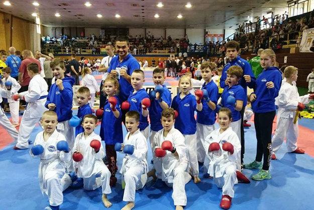 Talenty KK Farmex Nitra s trénerom Klaudiom Farmadínom.