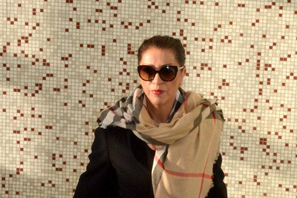Nora Mojsejová Kabrheľová. Na chodbách súdu ju vídať často. Na krku má ďalšie obvinenie.
