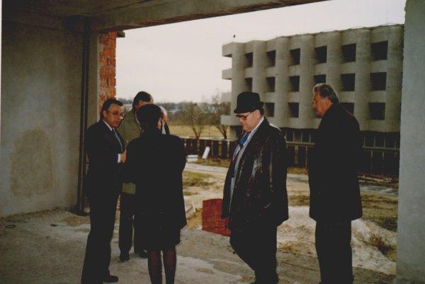 Nemocnica zažila počas výstavby nového pavilónu aj ministerské návštevy. Tento záber zachytáva návštevu ministerky Belohorskej.
