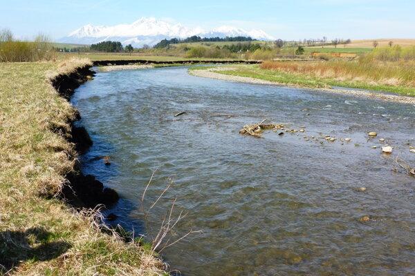 Breh potoka. Vľavo  ustupuje vode, vpravo časť štrkového nánosu.