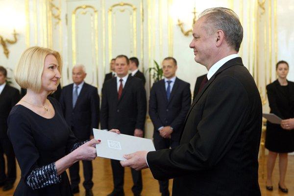 Dekrét od prezidenta si preberá profesorka Renáta Oriňaková.