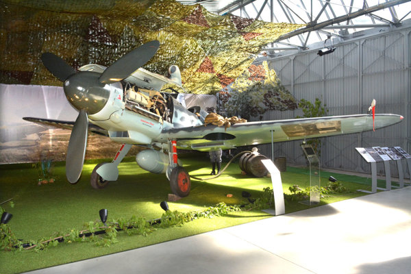 Najnovší prírastok v expozícii Múzea letectva Messerschmitt Bf-109 G14/AS v plnej kráse. Nádherne zrekonštruovaný stroj už dnes nešíri strach. Práve naopak. V múzeu dnes možno obdivovať jeho krásu a technickú vyspelosť, ktorú uznávali aj protivníci z radov spojeneckých letcov, s ktorými sa počas bojov II. svetovej vojny stretával vo vzdušných súbojoch.