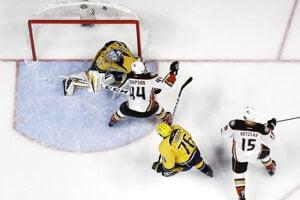 Hokejisti Anaheimu Ducks strieľajú v noci zo štvrtka na piatok víťazný gól v predĺžení do siete Nashvillu Predators.