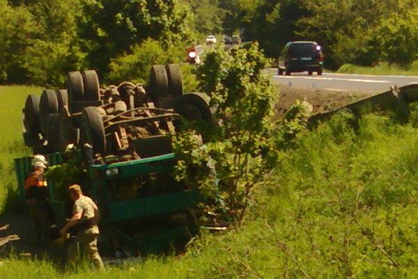 Prevrátený kamión pri Lučenci.
