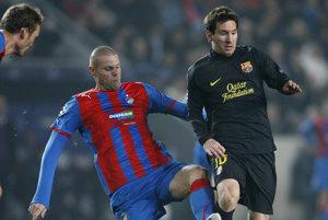 Futbalista Viktorie Plzeň David Bystroň a hráč FC Barcelony Lionel Messi bojujú o loptu   počas zápasu H-skupiny Ligy majstrov  1. novembra 2011 v Prahe.