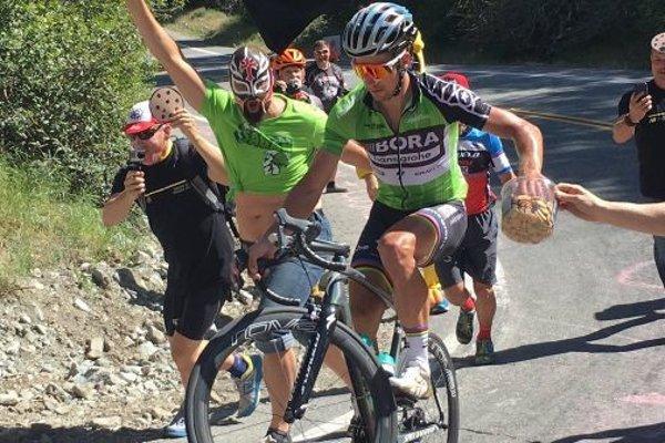 Peter Sagan neváhal a ponúkol sa sušienkami priamo počas pretekov.