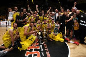 Basketbalisti Interu pózujú s majstrovskou trofejou.