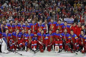 Hokejisti Ruska pózujú s bronzovými medailami.