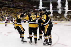 Hokejisti Pittsburghu sa tešia po góle do siete Ottawy.