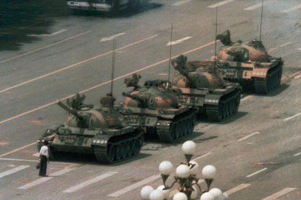 Neznámy hrdina z Námestia nebeského pokoja. Tanky v centre Pekingu sa stali symbolom násilného potlačenia prodemokratických demonštrácií v roku 1989.