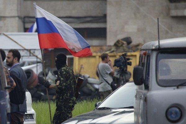 Na východe Ukrajiny pokračujú boje medzi separatistami a ukrajinskými vojakmi.