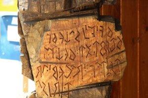 Socha miestneho výtvarníka M. Bárdiho zachytáva aj tajomné runové písmo z Velestúru