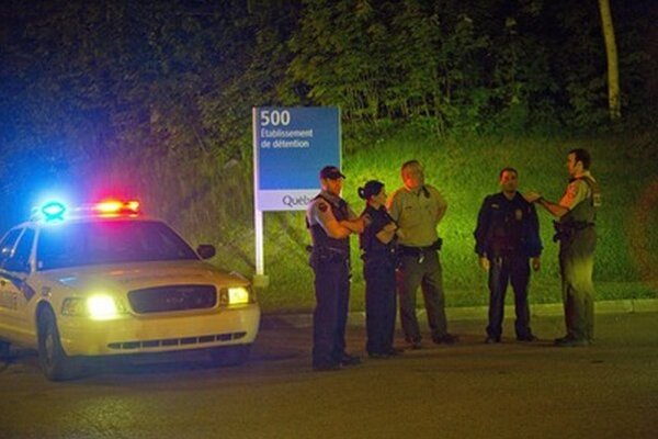 Policajti pred väznicou v Quebecu.