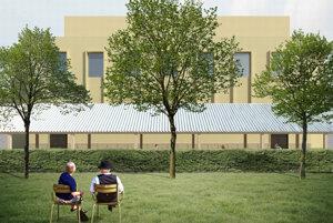 Pohľad od zelenej plochy za letnou terasou a bývalými verejnými WC.