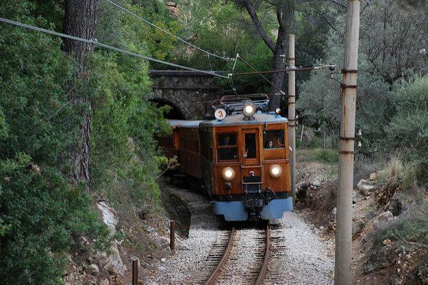 Turistický vláčik z Palma de Malorca do Sóller prechádza lesom i pobrežím.