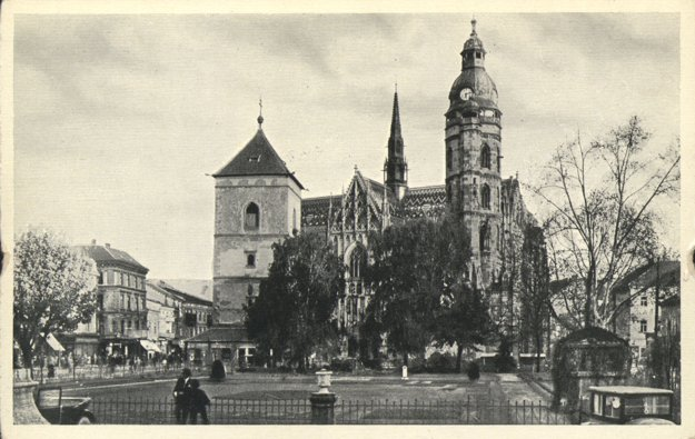 Dóm sv. Alžbety s hodinami na veži.
