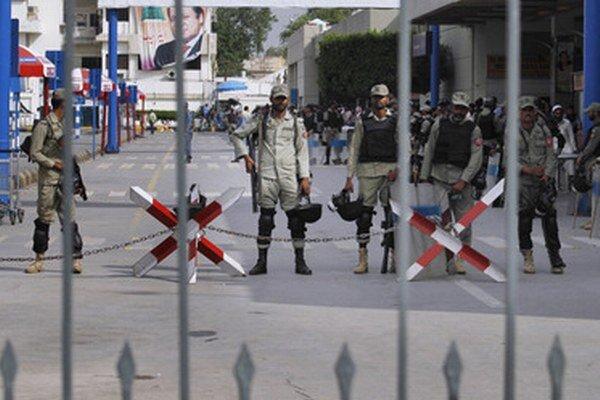 Pakistanské jednotky na letisku v Karáčí.