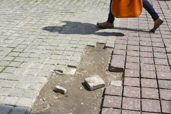 Poškodená dlažba v širšom centre. Podľa Košičana to nevrhá na mesto dobré svetlo.