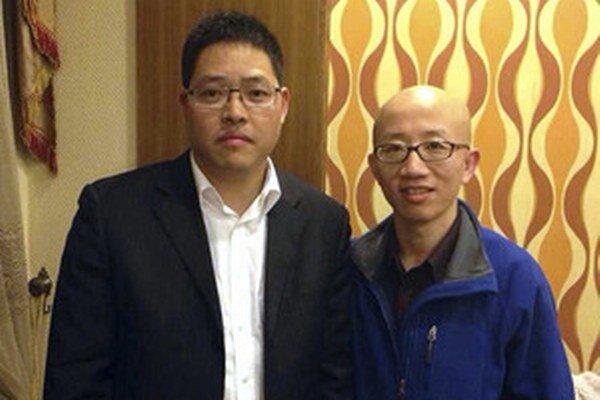 Ľudskoprávny aktivista Wang Aj-čung (vľavo) a čínsky aktivista Chu Ťia.