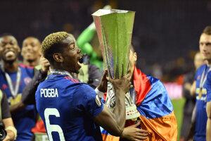Paul Pogba s trofejou pre víťaza.