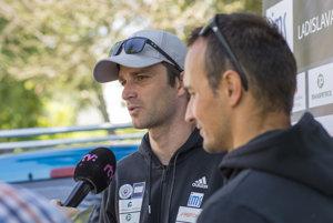 Na snímke slovenskí reprezentanti v kategórii C2 Ladislav (vľavo) a Peter Škantárovci hovoria s novinármi pred odchodom na Majstrovstvá Európy vo vodnom slalome v slovinskom Tacene.