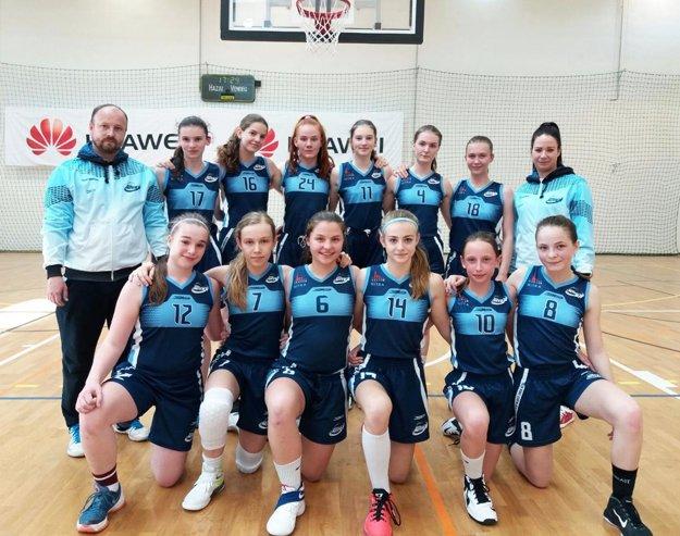 Žiačky BKM Junior UKF Nitra s trénermi V. Podobom a Z. Olšanskou.