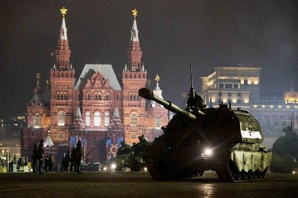 Ruská armáda už nacvičuje na Červenom námestí v Moskve na piatkové oslavy konca druhej svetovej vojny.
