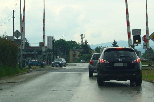 Vodiči vravia, že priecestie je po oprave hrboľaté.