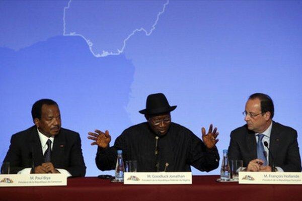 Zľava kamerunský prezident Biya, nigérijský prezident Jonathan a francúzsky prezident Francois Hollande.