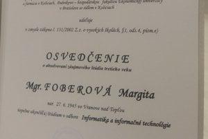Osvedčenie o skončení štúdia. Prevzali si ho z rúk prorektora TU Ervina Lumnitzera.