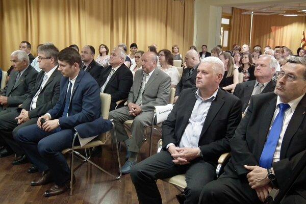 Poslanci schvaľovali mená osobností na slávnostnom zasadnutí vo štvrtok.