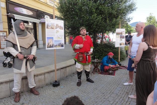 Sochy pripomínajúce pamiatky hrad Gýmeš a pevnosť v Komárne. Medzi nimi sprievodca.
