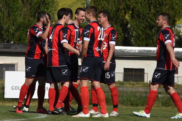 Futbalisti Rajca oslavujú gól do siete Štiavnika.