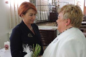 Vľavo Iveta Pastieriková, námestníčka pre ošetrovateľstvo NsP Prievidza, vpravo Darina Súderová, prezidentka Regionálnej komory SKSaPA Prievidza.