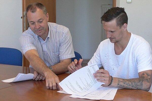 Miroslav Klein a Michal Chovan pri podpise zmluvy