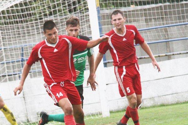 Vráble otočili výsledok v Topoľčanoch. V červených dresoch Vladimir Advigov a Milan Fekiač.