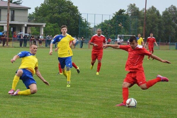 Futbalisti Paty (v červenom) porazili Váhovce 5:3.