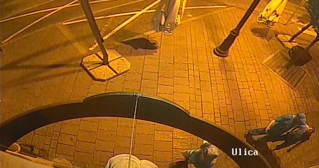 Kamery zachytili trojicu. Mladíci najprv sledovali okolie, potom dostal bicykel nohy.