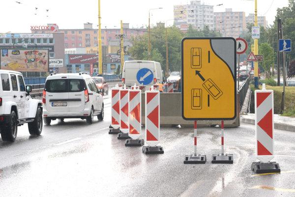 Zablokovaný pruh. Dopravu museli presmerovať pre dieru na ceste.