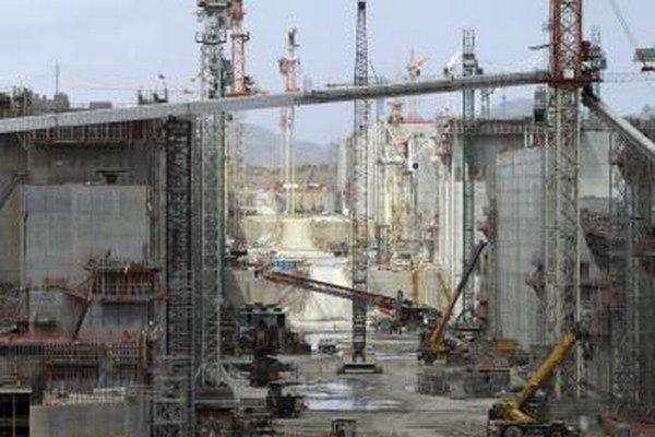 Ťažká technika a žeriavy sa týčia na mieste rozšírenej výstavby Panamského prieplavu v Panama City.