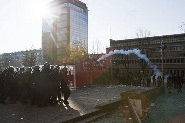 Zrážky pred budovou univerzity.