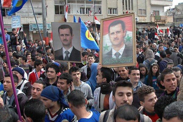 Prívrženci režimu v uliciach Damasku. Fotografia je od oficiálnej štátnej agentúry.