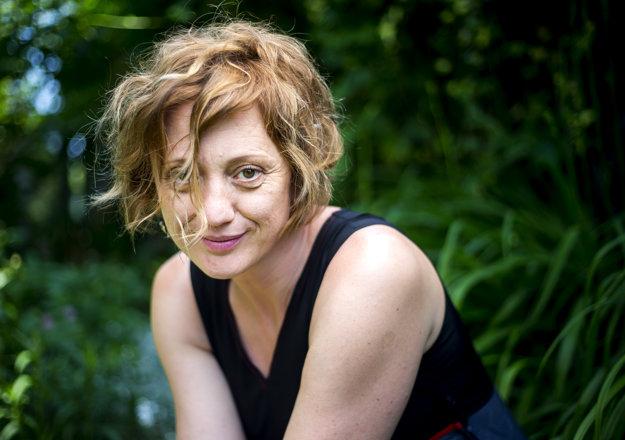 Éva Bandor po návrate z Cannes doma na záhrade v Komárne.
