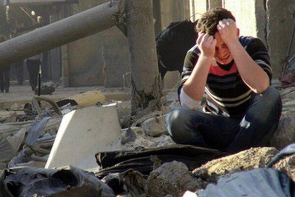 Sýrčan narieka v troskách zničených budov po nálete vládnych jednotiek.