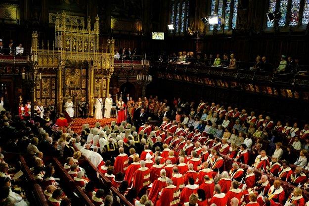 Kráľovná Alžbeta v Snemovni lordov.