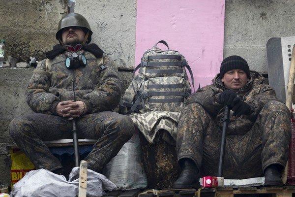 Demonštranti aj ťažkoodenci mali v piatok oddychový deň. Po dohode medzi prezidentom a opozíciou zavládol v Kyjeve pokoj zbraní.